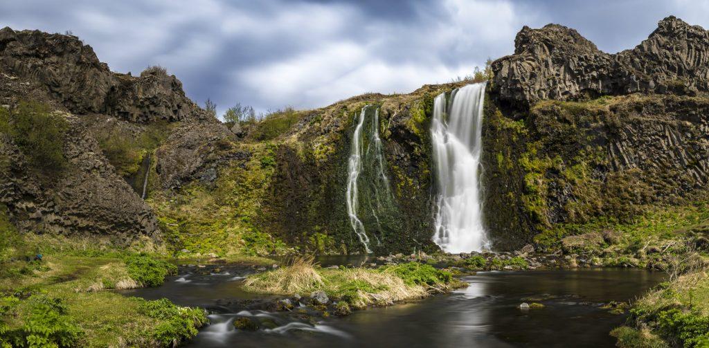 Das Bild repräsentiert die Kategorie Panorama und zeigt ein Panorama in Island mit einem Wasserfall